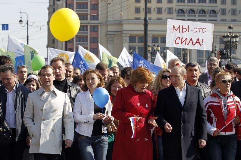 V.Putinas su D.Medvedevu dalyvavo sovietinio stiliaus demonstracijoje