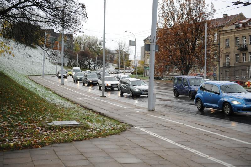 Pirmasis sniegas: vos per tris valandas Vilniuje – 27 avarijos