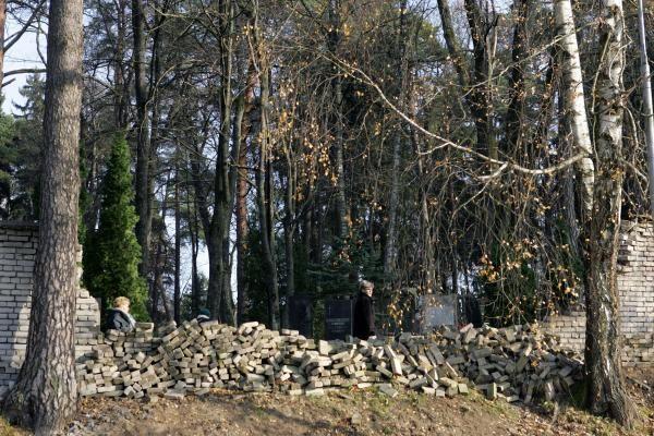 Vilniaus valdžia per du mėnesius nerado pinigų nugriuvusiai Antakalnio kapinių tvorai