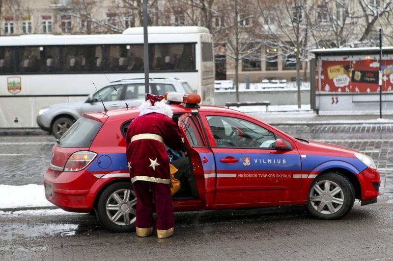 Katedros aikštėje Kalėdų Senelis už nuotrauką su juo prašo pinigų