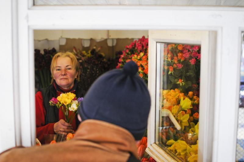 Kovo 8-ąją vyriškas šurmulys gėlių turgelyje
