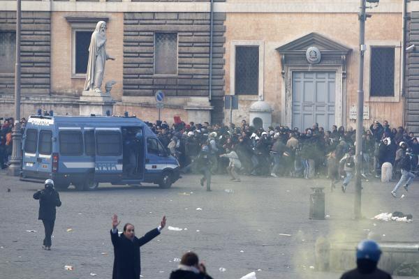 Italijos premjero S.Berlusconi priešininkai surengė riaušes sostinės centre