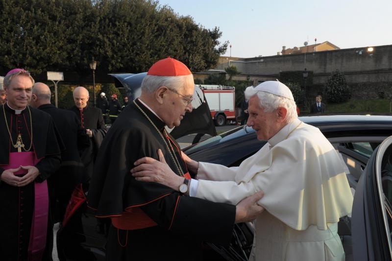 Kardinolai pradėjo ilgą naujo popiežiaus rinkimo procesą