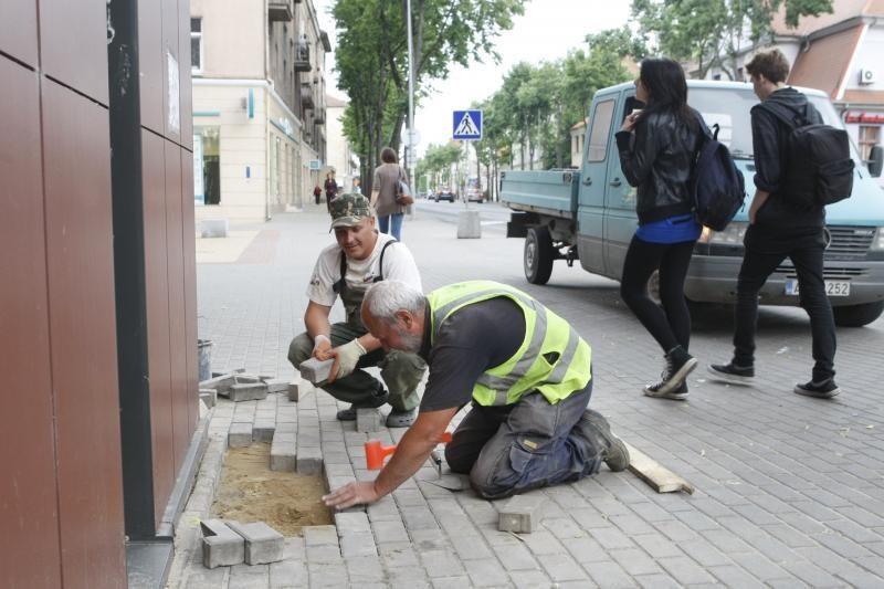Keturis mėnesius miesto centre žiojėjusi įgriuva nebebadys akių (foto)