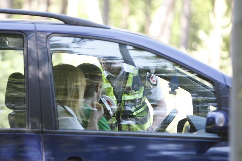 Slaptu automobiliu patruliavę policininkai tramdė kelių erelius