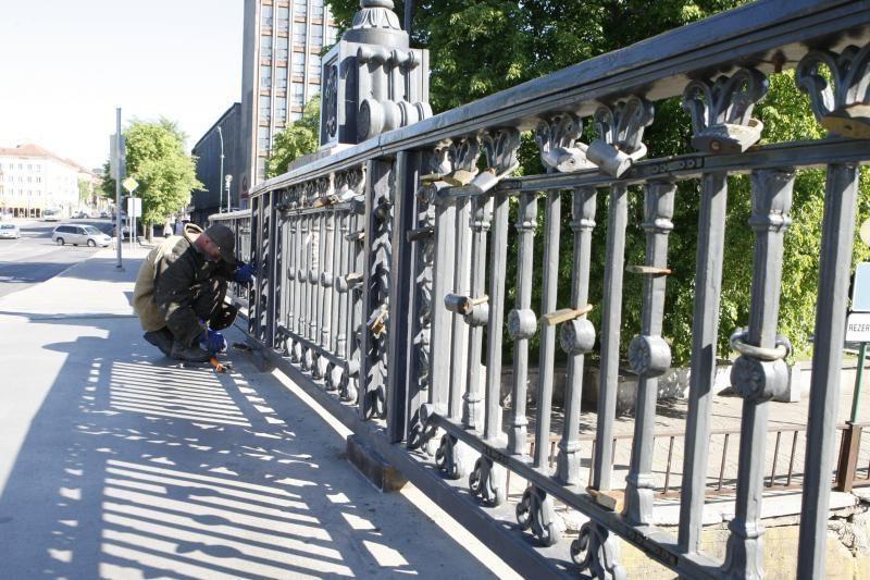 Įsimylėjėlių spynos kenkia Biržos tiltui