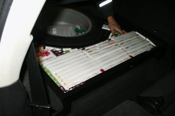 Latvijos piliečių automobiliuose – kontrabandinės cigaretės