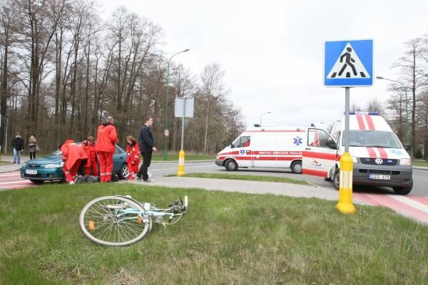 Automobilis partrenkė dviratininką (papildyta)