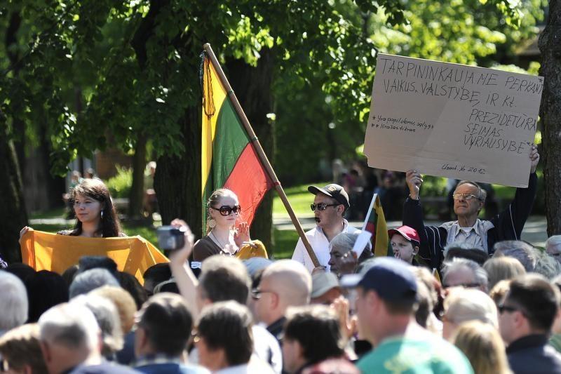 Protestu reikalauta D.Kedžio dukrą atiduoti į neutralią aplinką