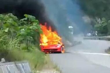 """""""Ferrari"""" atšaukė 260 tūkstančių dolerių kainuojančius automobilius"""