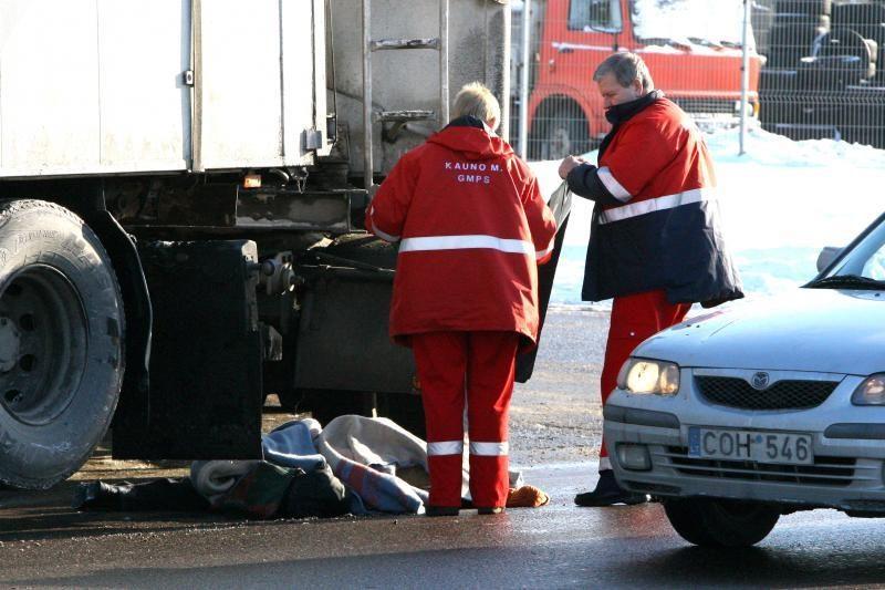 Veiverių plente po automobilio ratais žuvo moteris (patikslinta)