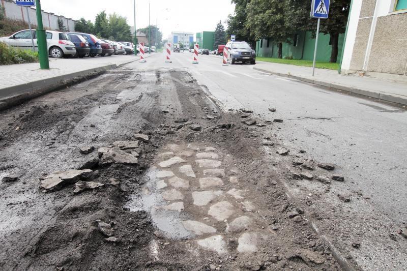 Kelininkai po Joniškės gatvės asfaltu rado akmeninį grindinį