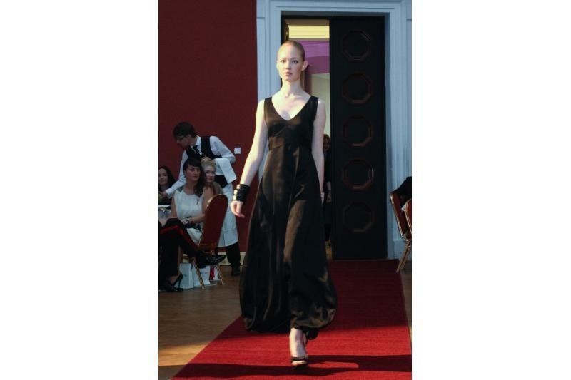 Labdaros aukcione pristatyta A. Jolie suknelė atiteko D. Bosas