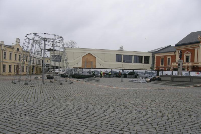 Klaipėdos Teatro aikštėje pradėjo kilti Kalėdų eglutė