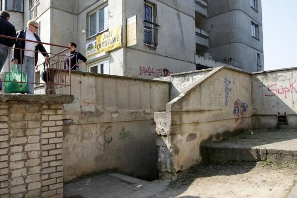 Kaune nuo laiptinės stogelio nukrito berniukas, jo būklė sunki (papildyta)