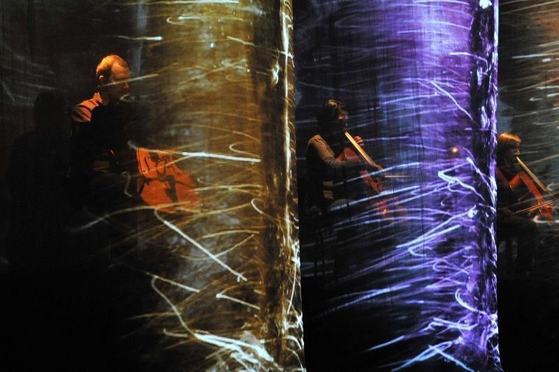 """""""Permainų muzika"""": užburiantis garso, vaizdo, laiko ir erdvės teatras"""