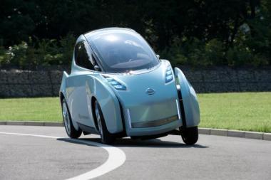 """Naujas """"Nissan"""" elektromobilis posūkyje pakrypsta į šoną"""