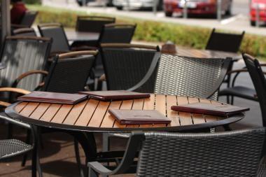 Iš kavinės vagys išnešė medinius suolus ir stalus
