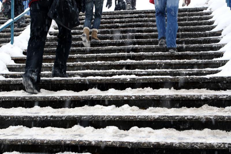 Slidūs ir apsnigti laiptai – ekstremalus iššūkis vilniečiams