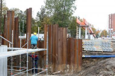 Pėsčiųjų tilto statybos sparčiai juda į priekį