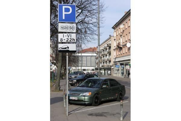 Vilniaus senamiestyje pabrango automobilių stovėjimas