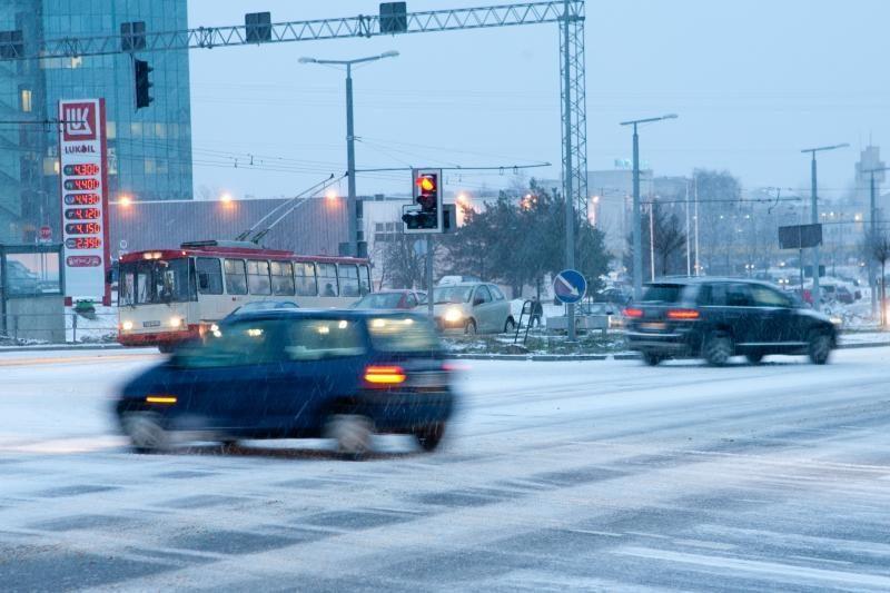 Lietuvoje keliai dėl sniego slidūs, valomi ir barstomi
