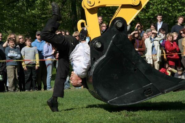 Sostinės Sereikiškių parke - vyro šokis su ekskavatoriumi
