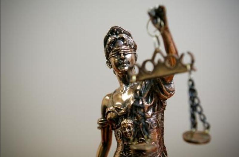 Penki jaunuoliai, įtariami disponavę narkotikais, stos prieš teismą