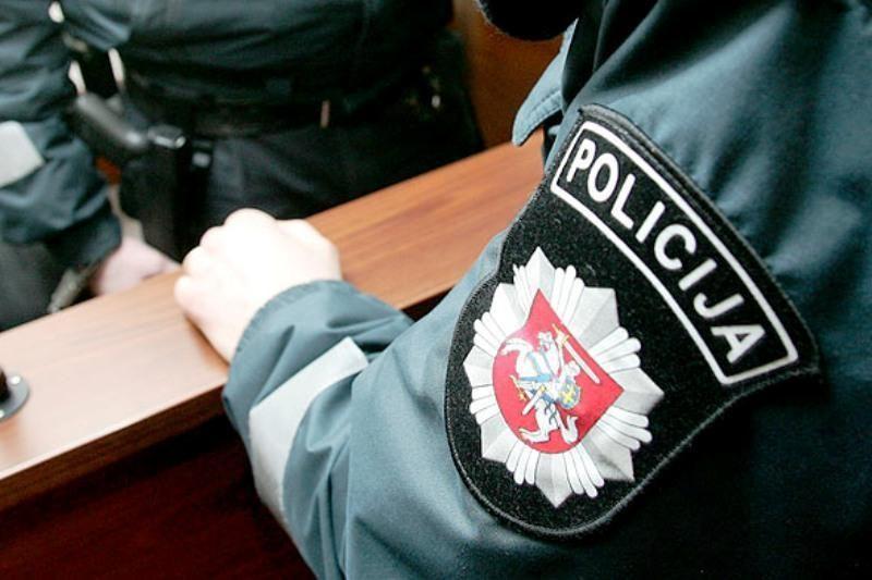 Telšiuose automobilio keleivis buteliu trenkė policininkui į galvą