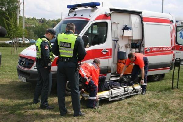 Vilniuje į šulinį įkrito automobilių žiedu bandęs eiti vyras