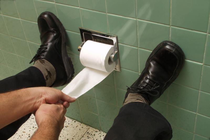 """100 tūkst. svarų dviejų tualetų remontui """"nusitaikė"""" išleisti britai"""