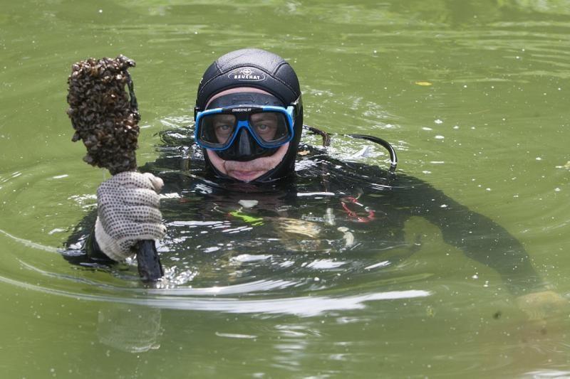 Iš Daugų ežero dugno narai ištraukė toną šiukšlių