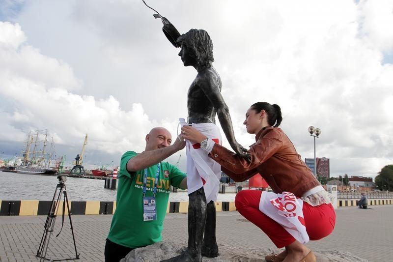 Gruzijos ambasadorius aprengė bronzinį berniuką