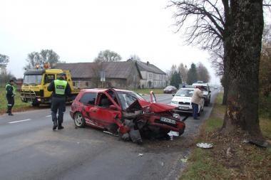 Šilutės r. automobilis rėžėsi į medį, vairuotojas pabėgo