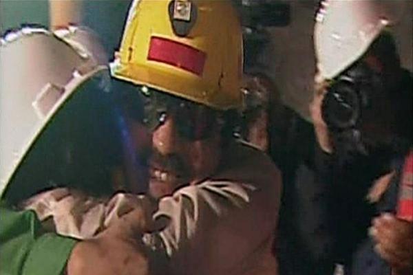 Čilėje pirmieji trys išgelbėti kalnakasiai išleisti iš ligoninės