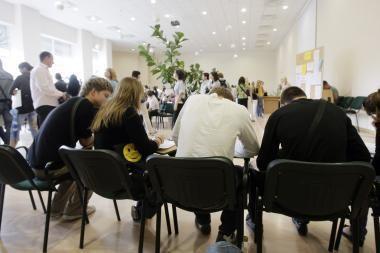 Planai D. Britanijoje didinti studijų mokesčius kelia studentų pasipiktinimą
