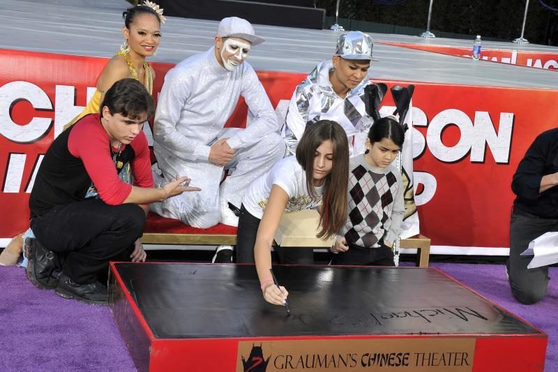 M.Jacksono rankos ir pėdų įspaudai įamžinti Holivudo bulvare
