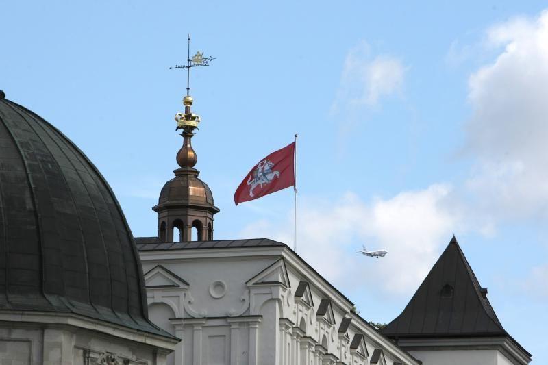 Per šventes kelsim      po dvi vėliavas?