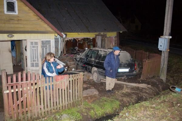 Automobiliui įsirėžus į namą buvo prispausti žmonės (dar papildyta)