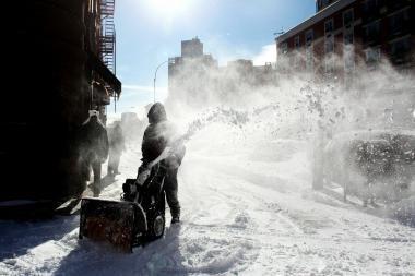 Dėl sniego įgriuvo pastatų stogai, strigo pas ligonius vykstantys medikai