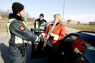 Kelių policijos patruliai dovanojo gėles