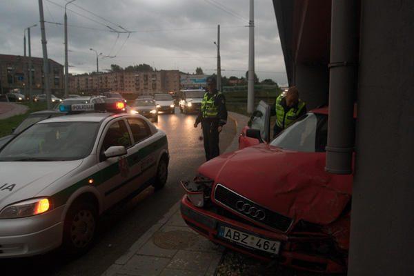 """Palijus sostinėje nepataisomai sudaužyti du automobiliai """"Audi"""""""