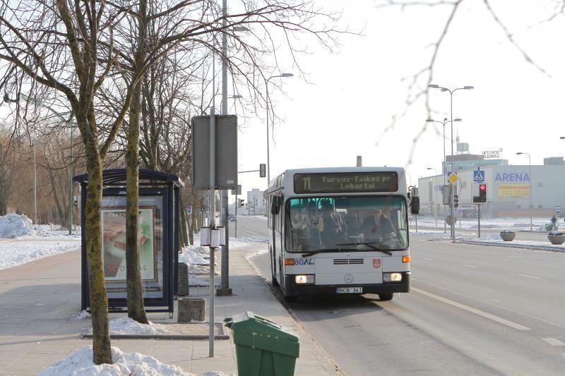Užšalusios uostamiesčio autobusų durys piktina keleivius