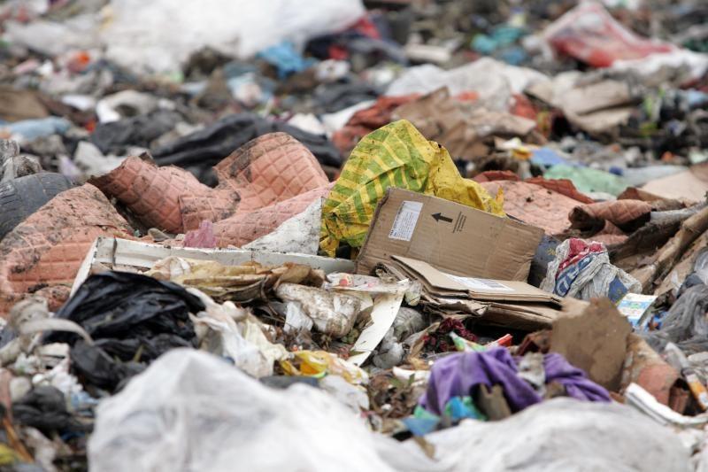 Į uždarytus sąvartynus toliau pilamos atliekos