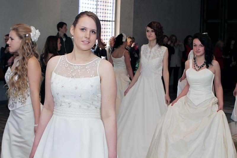 Vestuvinė suknelė – už auką Raudonojo kryžiaus draugijai
