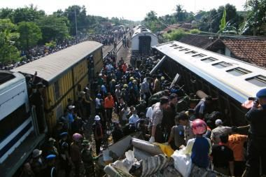 Indonezijoje susidūrus keleiviniams traukiniams žuvo mažiausiai 36 žmonės