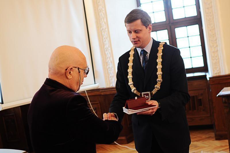 Rotušėje rašytojui P.Palilioniui įteikta B.Brazdžionio premija