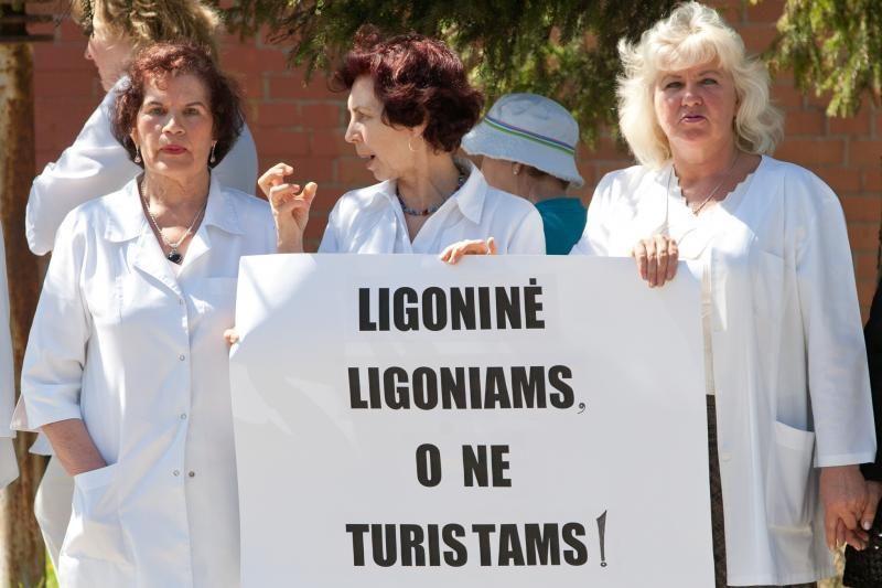 Medikai protestuodami rankomis apjuosė Antakalnio ligoninę