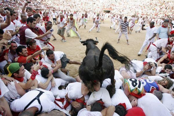 Antrąją tradicinio bulių bėgimo dieną Ispanijoje subadyti du žmonės