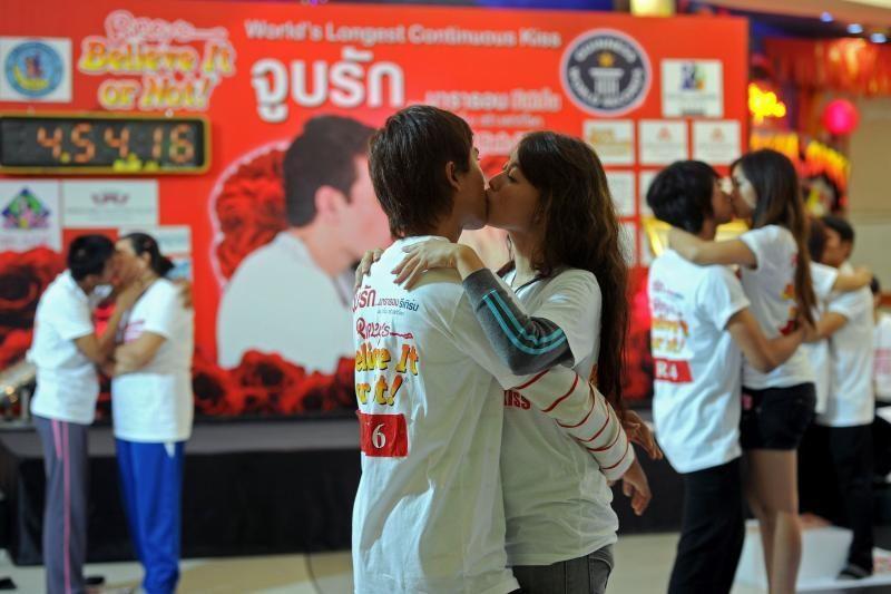 Tailande mėginama pagerinti ilgiausio bučinio pasaulio rekordą